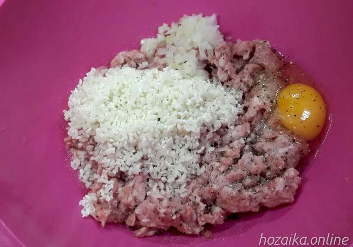 смесь риса и фарша с яйцом