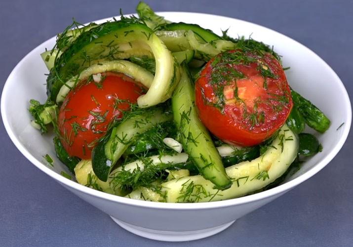 малосольные огурцы в пакете с помидорами, кабачками и зеленью