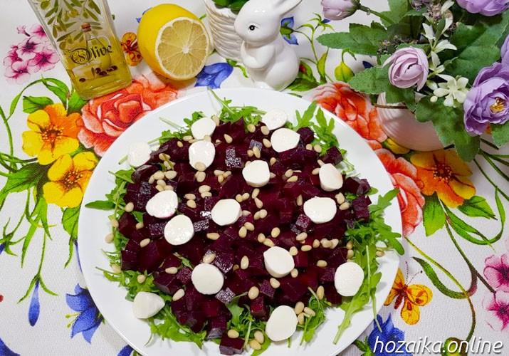 салат с рукколой, свеклой и моцареллой