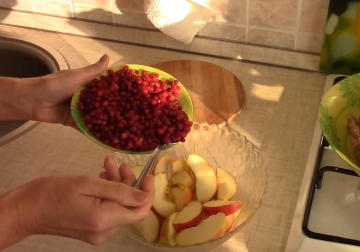 утка с яблоками и брусникой