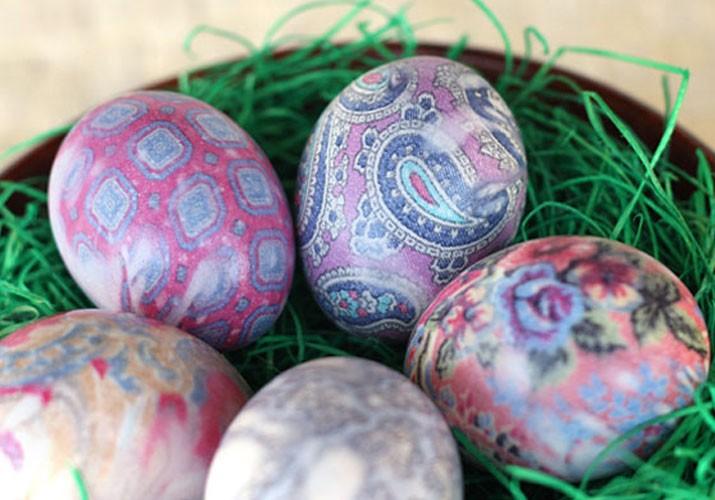 Окрашивание яиц тканью