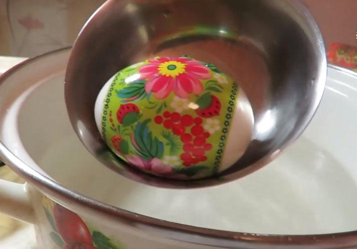 Украшение яиц наклейками