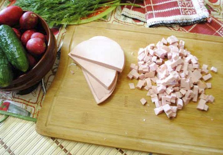 Окрошка на квасе с колбасой и горчицей