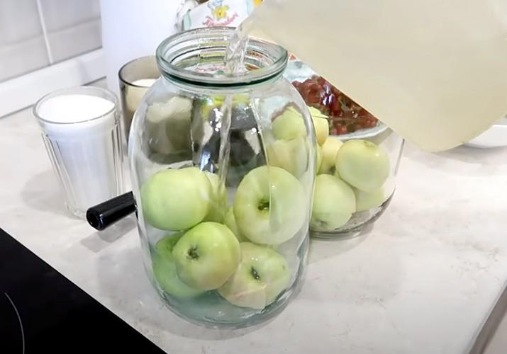 яблоки в банке для компота из красной смородины