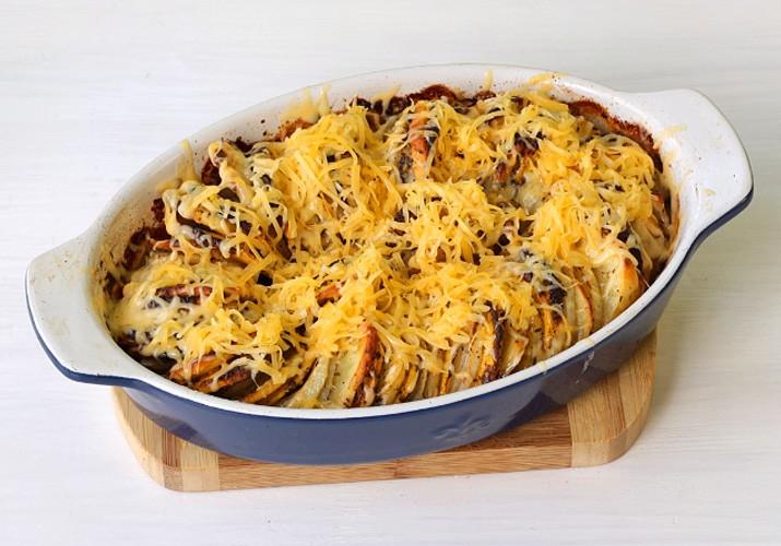 Тыква с картошкой и травами в духовке