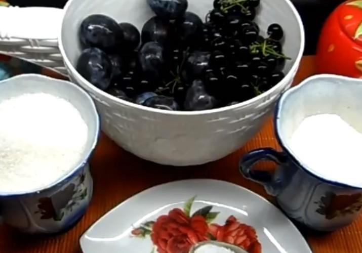 Компот с черноплодной рябиной и сливами