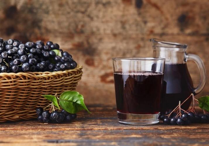 Вкусный компот из черноплодки и вишни
