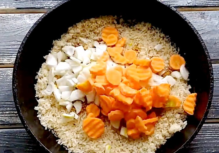 Рис с морковью и луком в форме для запекания