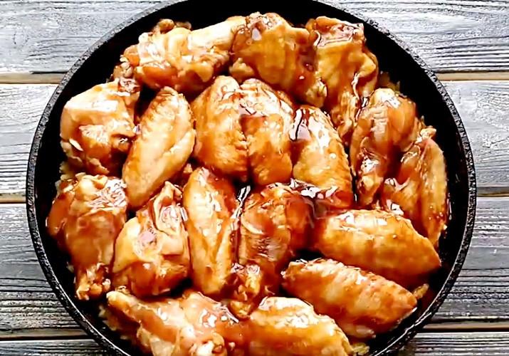 куриные крылья в соусе терияки в круглой форме