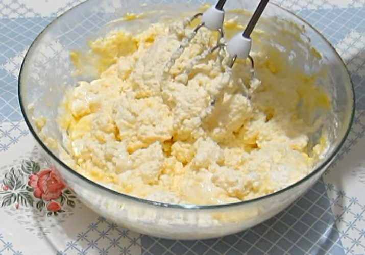 творог с яйцом в миске