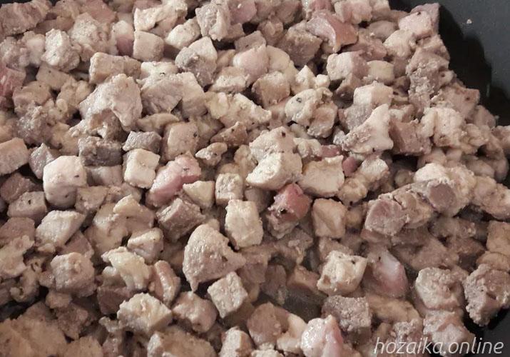 кубики свинины в сковороде