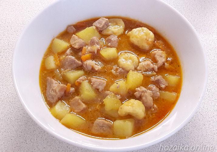 гуляш из свинины по-венгерски в тарелке