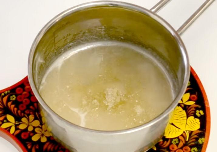 сахарный сироп с желатином в кастрюле