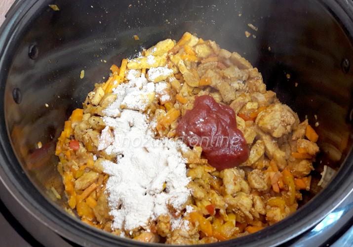 добавляем томатную пасту и муку в свинину