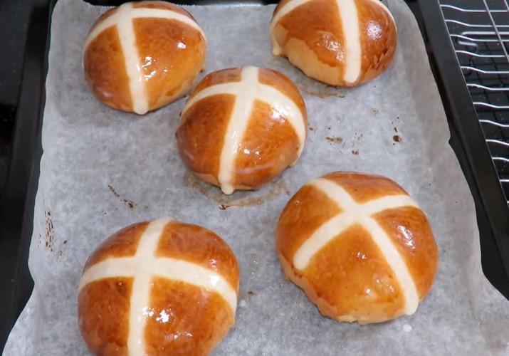 булочки пасхальные с крестом