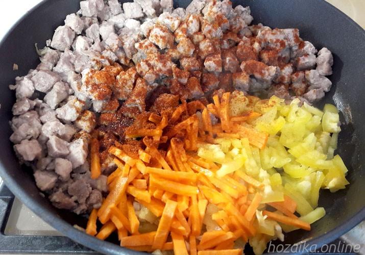 свинина с овощами в сковороде