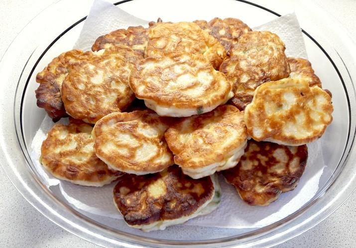 ленивые пирожки с луком и яйцом ан кефире на сковороде