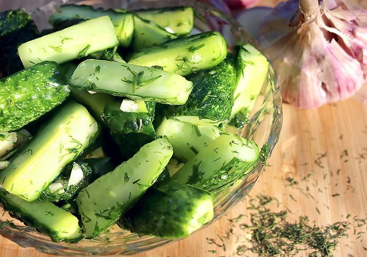 малосольные огурцы с зеленью и чесноком