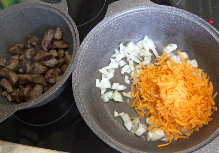 лук и морковь в сковороде