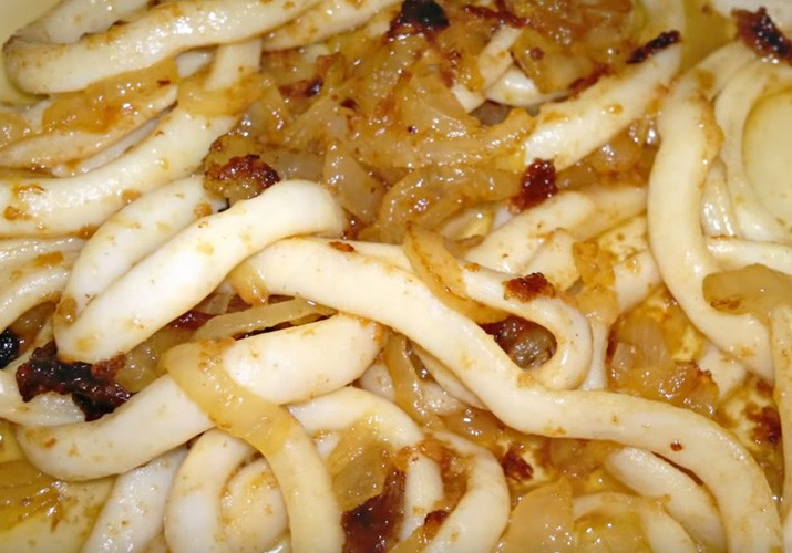 готовые кальмары с луком