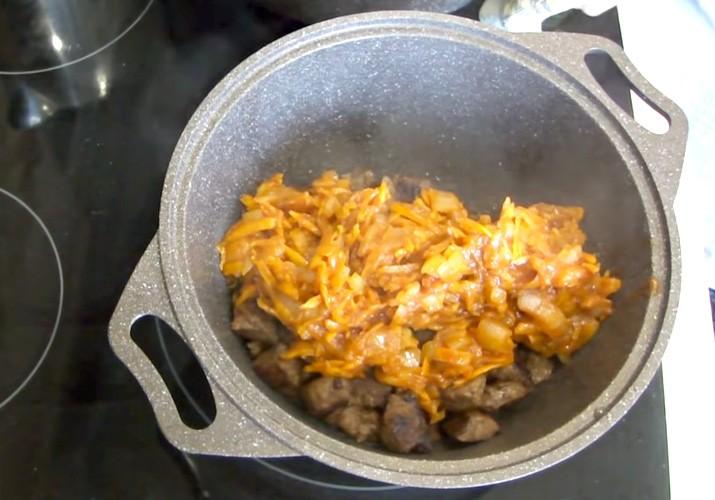 мясо с луком и морковкой