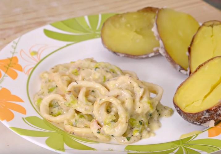 жареные кальмары с луком и сметаной