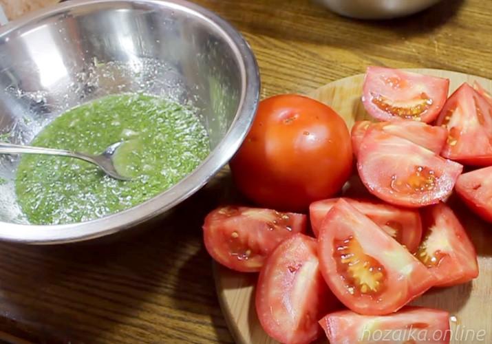 ломтики помидоров на разделочной доске