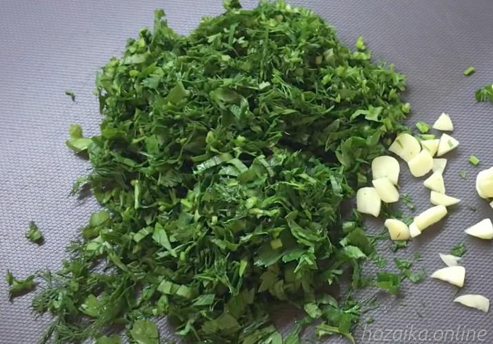 нарубленная зелень с чесноком