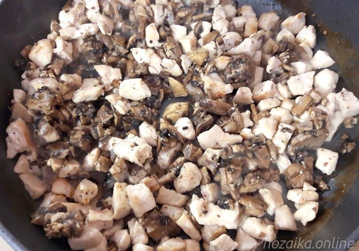обжаренное куриное филе с грибами