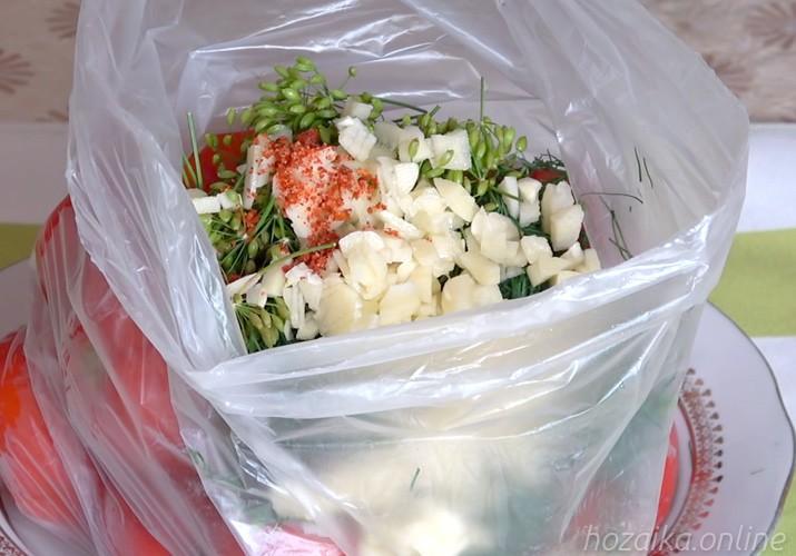 малосольные помидоры с чесноком и зеленью быстрого приготовления в пакете