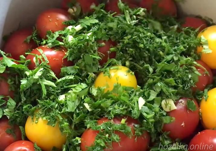 помидоры в кастрюле с зеленью