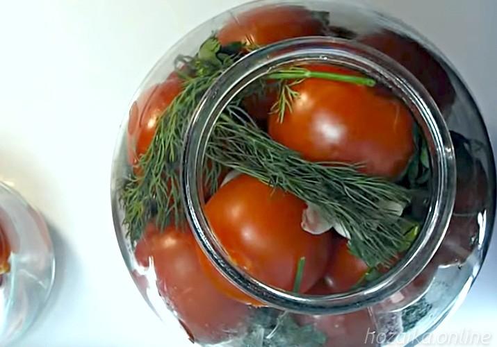 банка с помидорами и зеленью