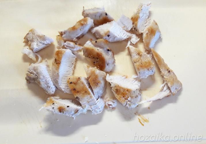 нарезанная жареная куриная грудка