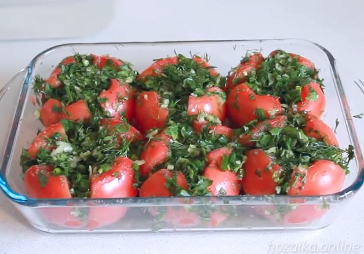 помидоры с зеленью и чесноком малосольные