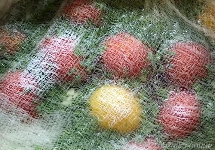 накрываем помидоры марлей