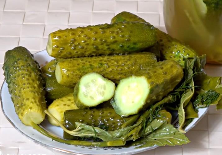 малосольные огурцы с чесноком и зеленью быстрого приготовления в кипятке