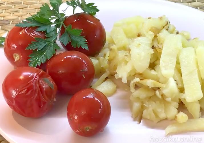 малосольные помидоры с чесноком и зеленью быстрого приготовления в кастрюле