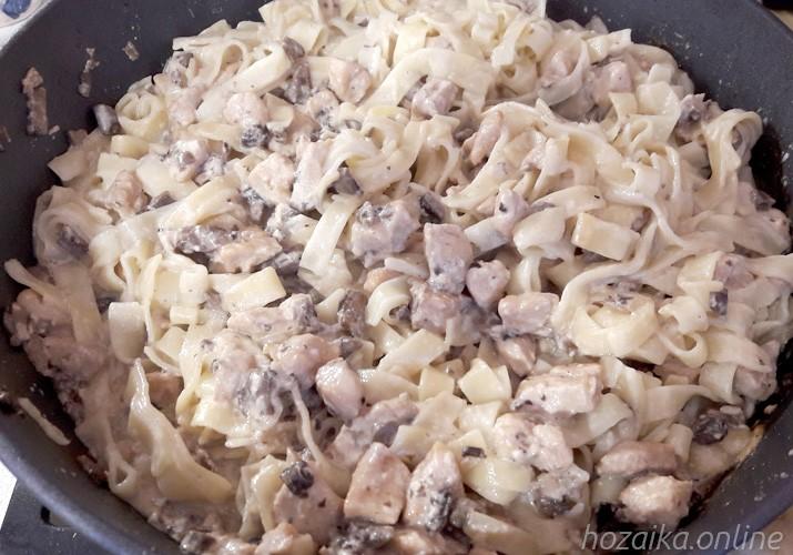 Спагетти с курицей и грибами в сливочно-чесночном соусе - рецепт пошаговый с фото