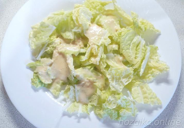 Листья салата с соусом