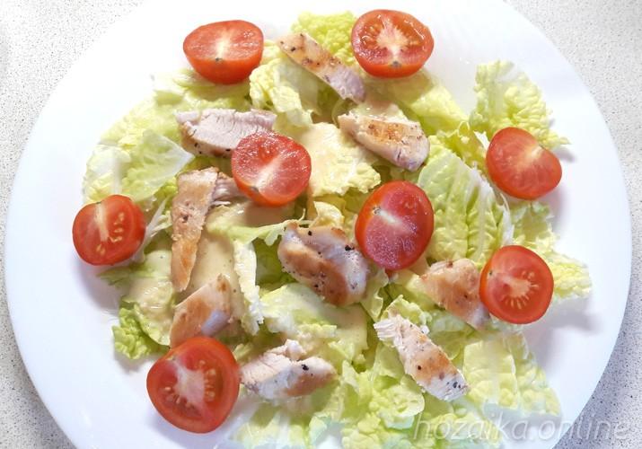 листья салата с курицей и помидорами черри