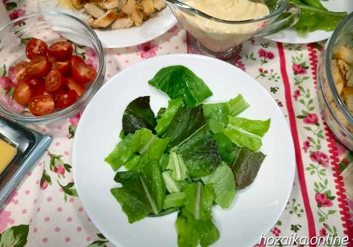 салатные листья ромэн в тарелке