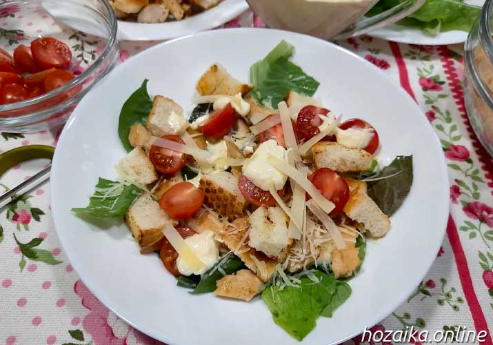 салат Цезарь с ромэном на тарелке