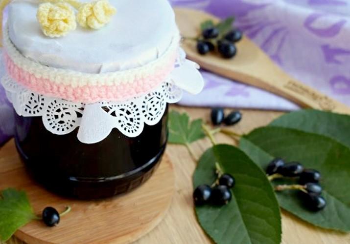 варенье из черной смородины с вишневыми листьями