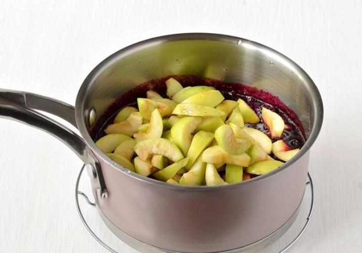 яблоки смешали со смородиновым пюре