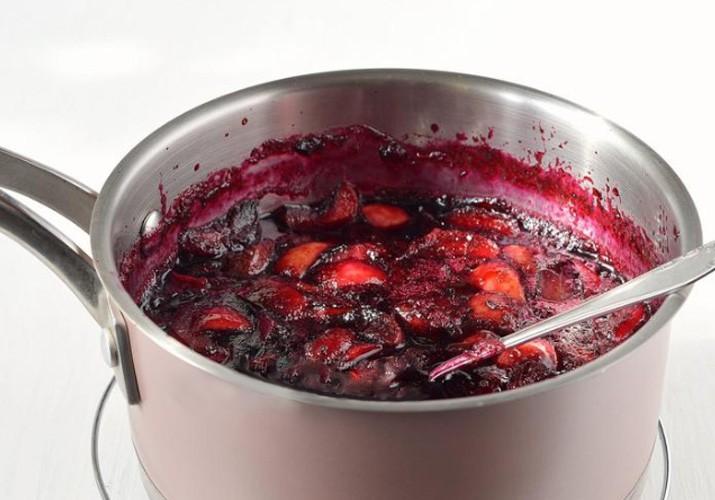 варенье из черной смородины с яблоками в кастрюле
