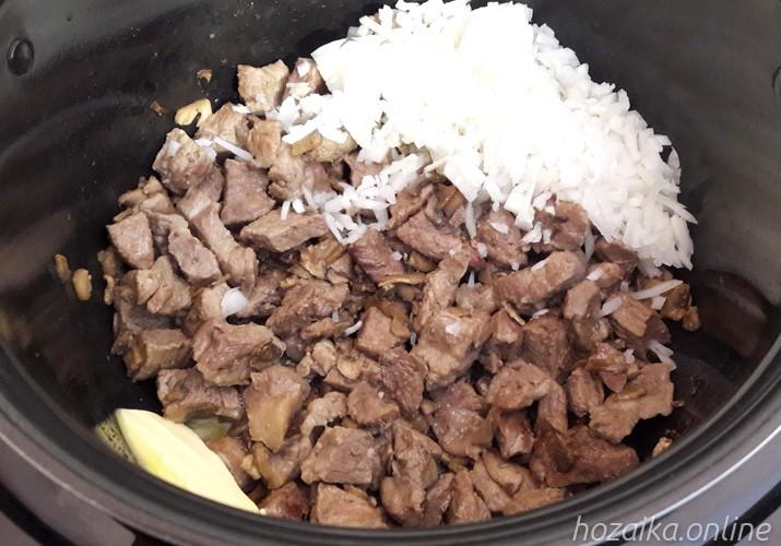 добавляем лук к обжаренному мясу