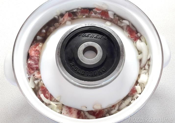 кастрюля с мясом под гнетом
