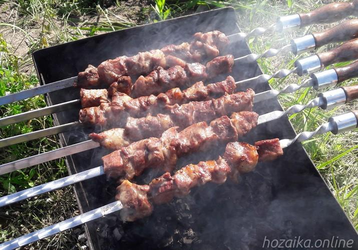 шашлык из свинины на шампурах и мангале