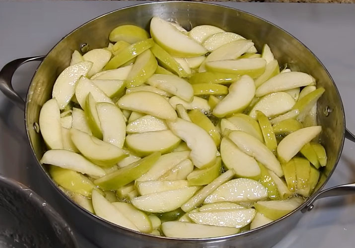 яблочные дольки в кастрюле в сиропе