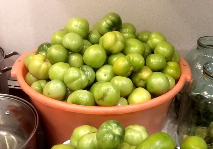 зеленые томаты в тазу